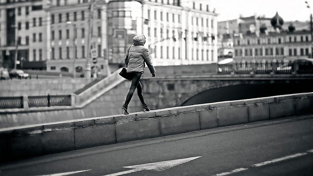 行走在護欄的女性